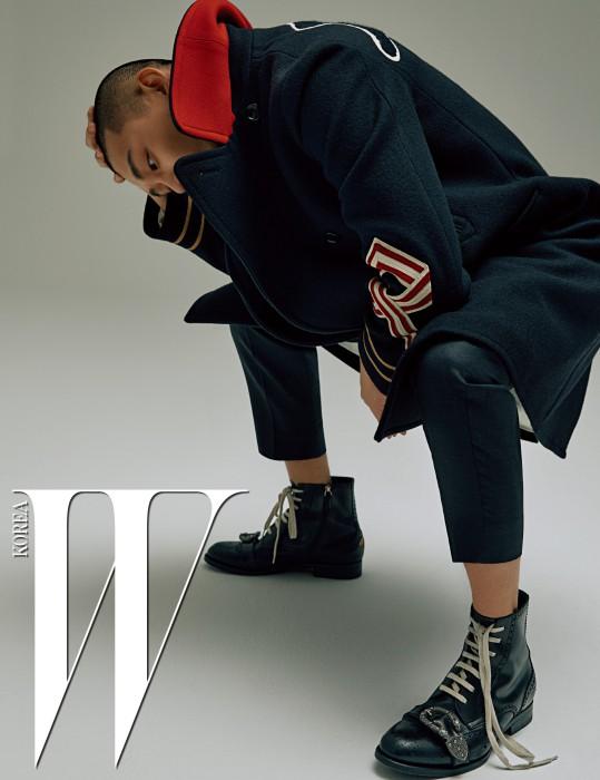 밀리터리 장식의 더블 코트, 팬츠, 워커는 모두 Gucci 제품.