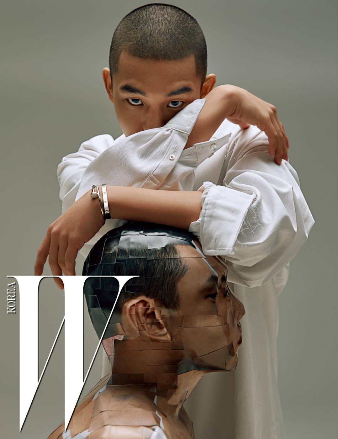 순결한 사랑과 아름다운 우정을 전하는 화이트 골드 소재의 러브 브레이슬릿, 리듬감 있는 대범한 곡선적 라인이 돋보이는 화이트 골드 소재의 저스트 앵 끌루 브레이슬릿은 Cartier 제품. 셔츠는 ORDINARY PEOPLE 제품.
