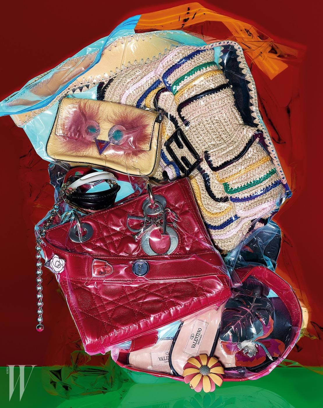 퍼 장식의 위트 있는 마이크로 미니 백과 자연스러운 소재와 러플 장식이 돋보이는 바게트 백은 Fendi, 디올의 시그너처 클립 장식을 더한 붉은색 마이 디올 백과 구형의 조형적인 뱅글은 Dior, 꽃과 잎 모티프를 섬세하게 표현한 가죽 샌들은 Valentino, 화사한 래커 페인팅의 메탈 꽃 브로치는 Chanel 제품.