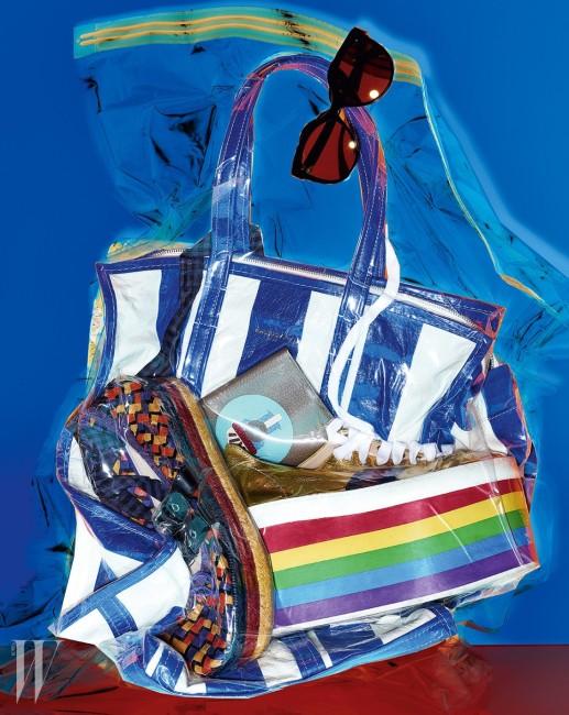 검정 프레임 선글라스는 Chanel, 경쾌한 줄무늬와 여유로운 수납공간이 돋보이는 가죽 소재의 바자르 백은 Balenciaga, 견고한 가죽 소재에 그래픽 패턴을 더한 여권 케이스는 Moynat, 무지개 빛깔의 플랫폼 굽이 눈길을 끄는 가죽 스니커즈는 Gucci, 색색의 위빙과 에스파드리유의 삼단 굽이 개성 넘치는 슈즈는 Miu Miu 제품.