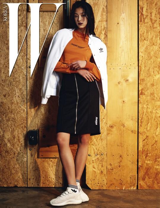모델 김설희가 착용한 누벅 소재의 흰색 운동화는 Tubular Shadow, 흰색 블루종과 양말은 Adidas Originals, 오렌지색 크롭트 톱은 Mischef, 지퍼 장식 스커트는 Stussy 제품.