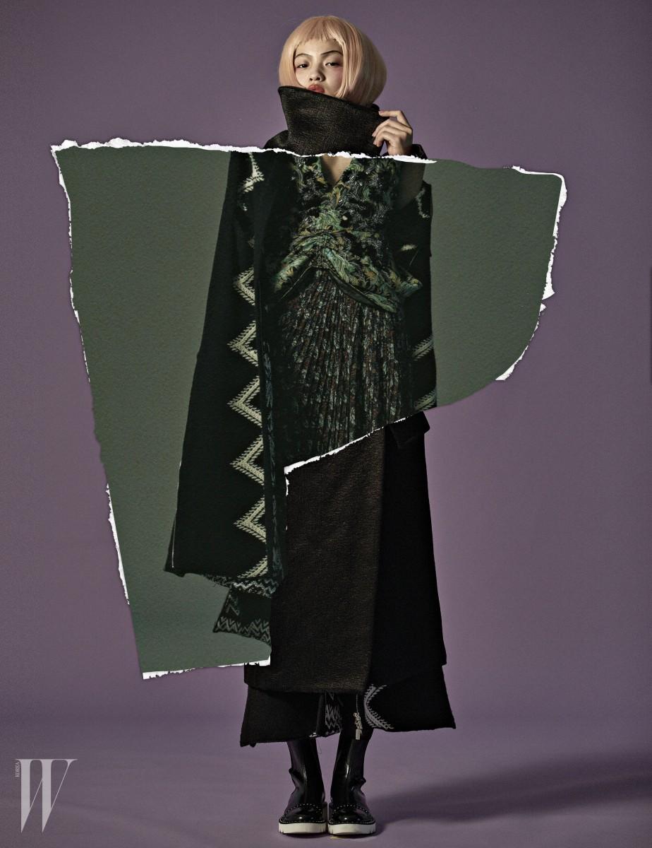검은색 코트는 메종 마르지엘라 제품. 3백57만원. 지그재그 형태의 니트 카디건은 샤넬 제품. 가격 미정. 드레스는 디올 제품. 가격 미정. 앵클 슈즈는 스텔라 매카트니 제품. 1백35만5천원.