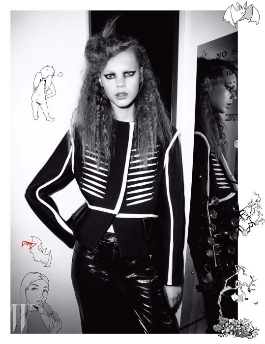 엠브로이더리 실크 재킷과 검은색 페이턴트 양가죽 팬츠는 Louis Vuitton 제품.