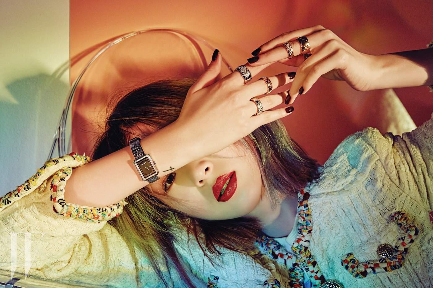 오른손에 착용한 다이아몬드가 세팅된 스틸 소재의 브레이슬릿 워치는 샤넬 보이프렌드 트위드(Chanel Boyfriend Tweed) 컬렉션, 다이아몬드가 세팅된 화이트 골드 스몰 링과 옐로 골드 스몰 링은 코코 크러쉬(Coco Crush) 컬렉션으로 모두 Chanel Fine Jewelry & Watch 제품. 왼손에 착용한 다이아몬드가 세팅된 옐로 골드 스몰 링과 옐로 골드 미디엄 링은 코코 크러쉬(Coco Crush) 컬렉션으로 Chanel Fine Jewelry 제품.