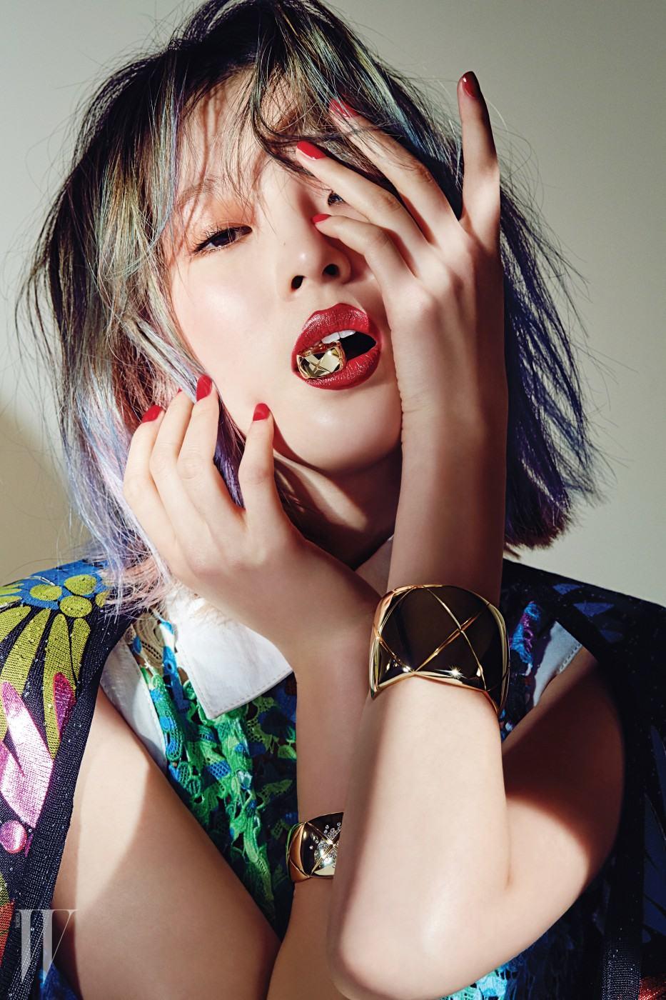다이아몬드가 화려하게 세팅된 옐로 골드 커프, 대담한 형태와 퀼팅 패턴이 돋보이는 옐로 골드 커프, 옐로 골드 스몰 링은 모두 코코 크러쉬(Coco Crush) 컬렉션으로 Chanel Fine Jewelry 제품.