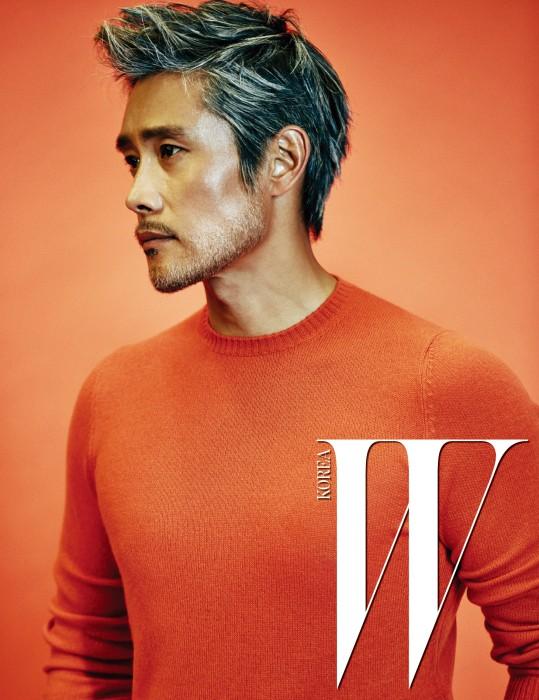 주황색 니트 톱은 Prada 제품.