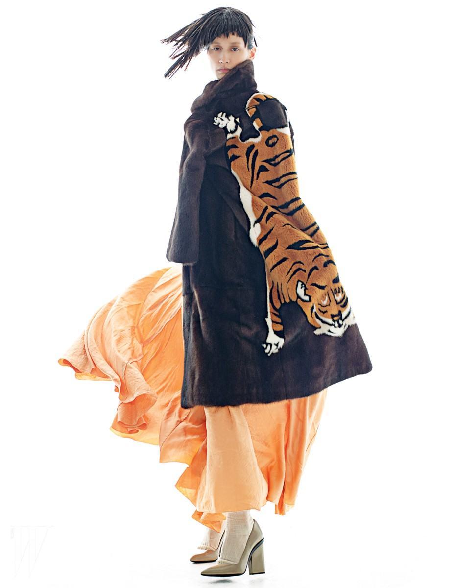 호랑이 패턴 퍼 코트는 구찌 제품.가격 미정. 안에 입은 살구색 드레스와 베이지색 양말과 펌프스는 모두 에르메스 제품. 가격 미정 .