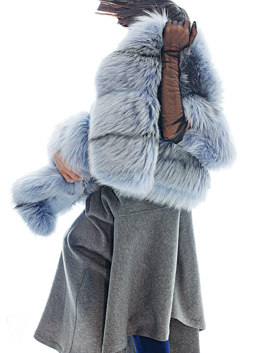 하늘색 퍼 코트는 마이클 코어스 제품. 1천만원대. 모직 소재의 회색 드레스는 마르니 제품. 1백68만원. 안에 입은 파란색 벨벳 팬츠는 카이 제품. 가격 미정.