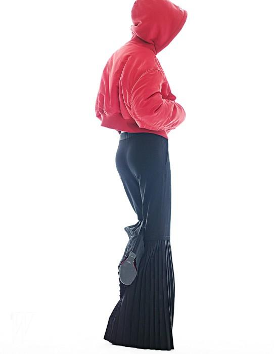 후드가 달린 빨강 보머 점퍼는 베트멍 by 마이테레사 제품. 1백60만원대. 검정 플리츠 팬츠는 스텔라 매카트니 제품. 1백만원대. 웨지 슈즈는 프라다 제품. 가격 미정.