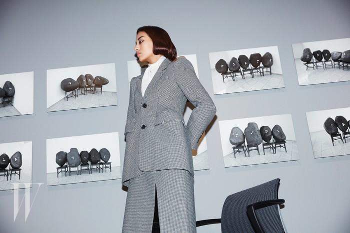 모래시계 라인의 견고한 재킷과 실크 블라우스, 슬릿 스커트, 사이하이 부츠는 모두 발렌시아가 제품. 가격 미정.
