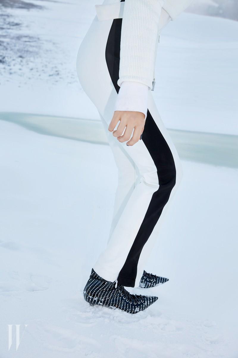 검정 라이닝이 들어간 슬림한 핏의 스키 점프슈트는 퓨잡 제품. 3백40만원. 큐빅 장식의 레이스업 부츠는 쥬세페 자노티 제품. 가격 미정.