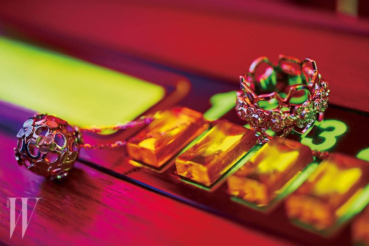 수국을 모티프로 디자인된 호텐시아 컬렉션의 화이트 골드 다이아몬드 링과 플라워 볼 네크리스는 쇼메 제품. 반지는 1천만원대, 목걸이는 390만원.