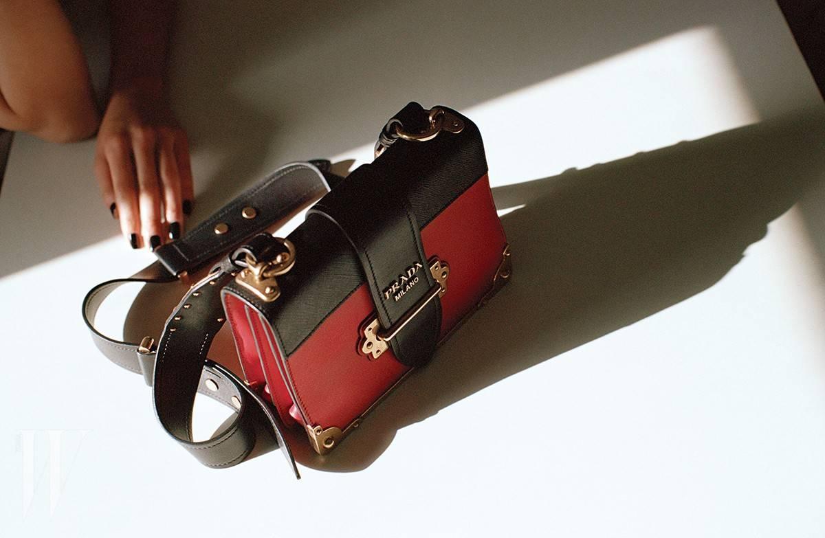 빨강과 검정이 믹스된 강렬한 색감의 카이에 숄더백은 프라다 제품. 가격 미정.