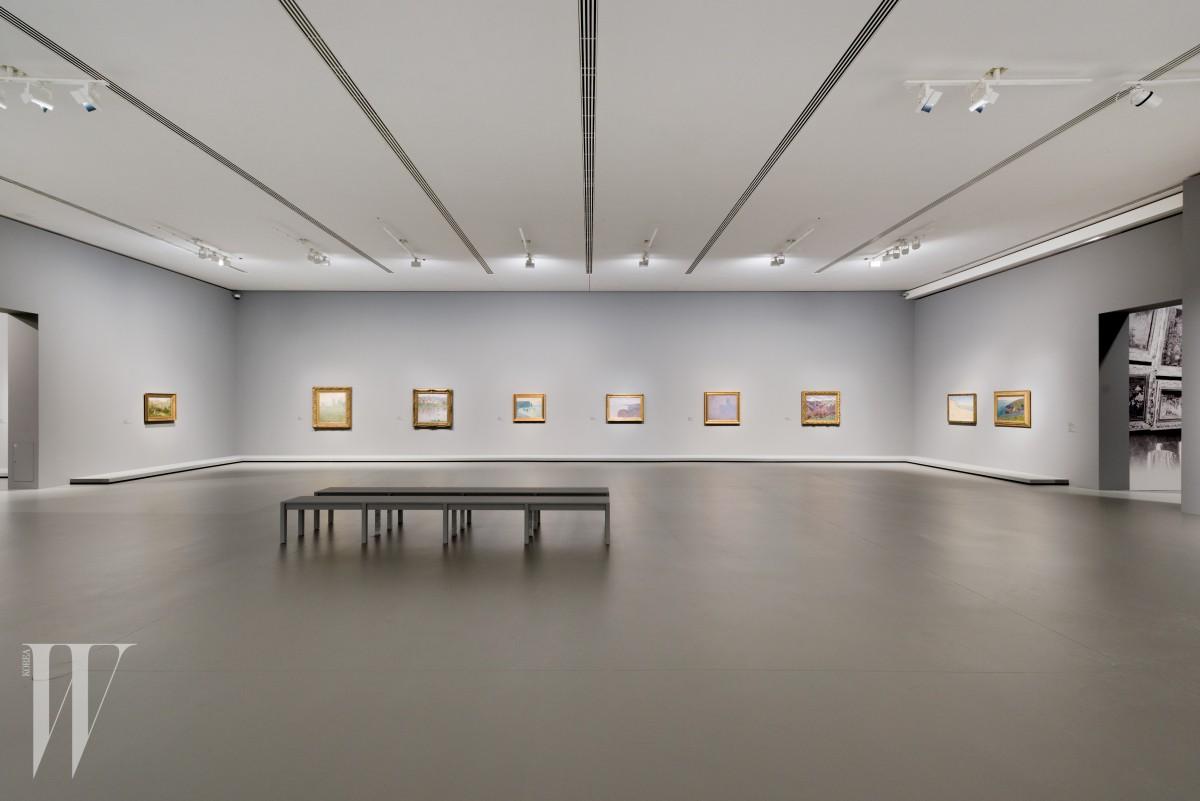 루이 비통 재단 미술관의 전시 전경 ƒFondation Louis Vuitton / Martin Argyroglo.