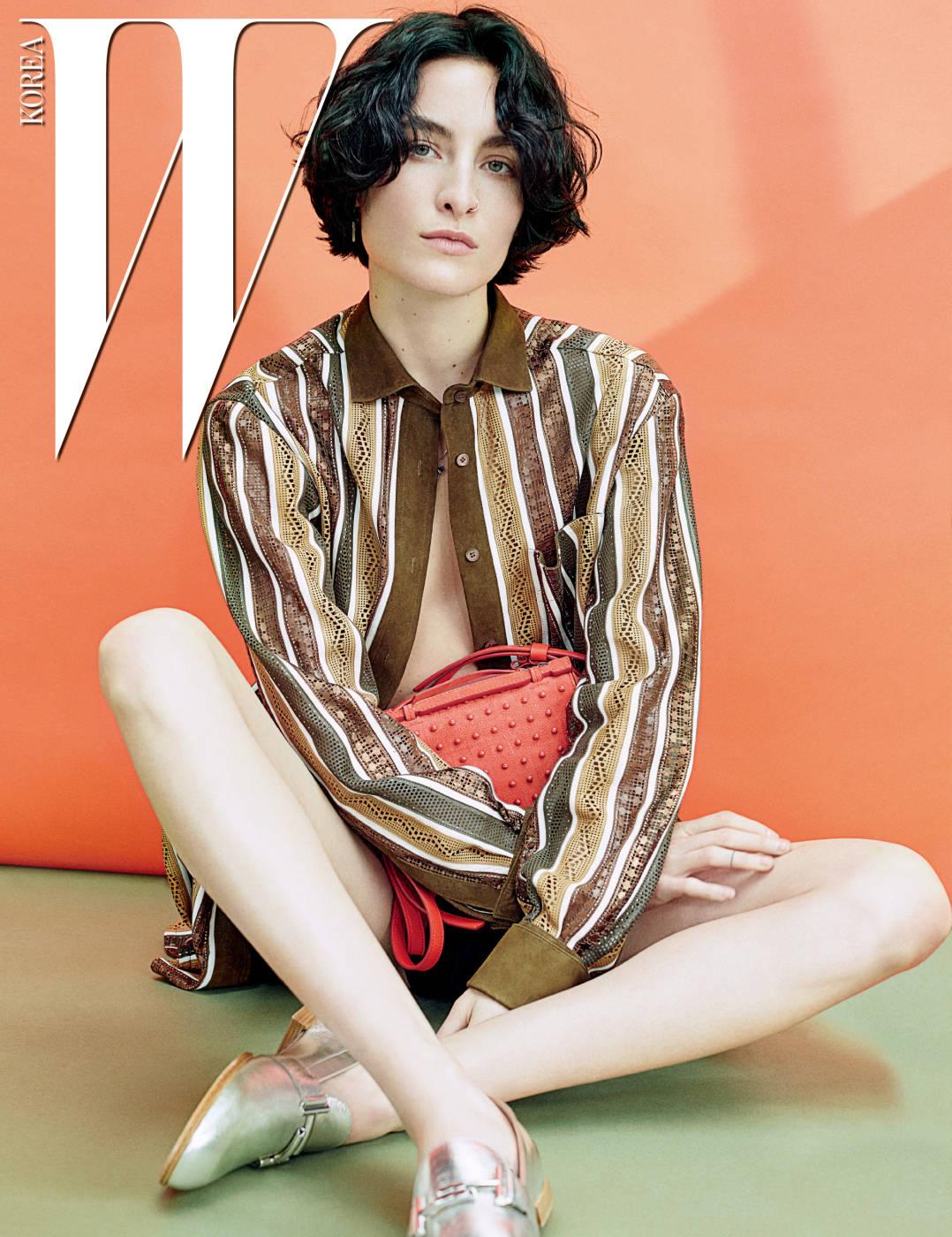 매끈한 가죽과 스웨이드 소재의 펀칭 장식 줄무늬 셔츠, 매혹적인 주홍색의 고미노 장식 숄더백, 메탈릭한 실버 색상의 슬립온 슈즈는 모두 Tod's 제품.