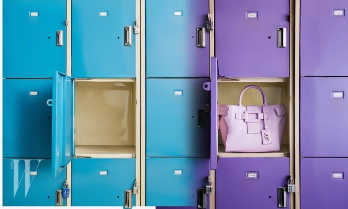 아이코닉한 사각 버클이 장식된 베이비 핑크색 토트백은 로저 비비에 제품. 2백 60만원대.