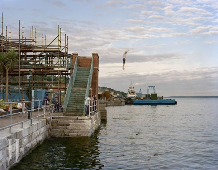 가족을 피사체로 바라보며 일상의 특별함을 담아온 사진가 더그 드부아의 'Sweeney jumps into Cork Harbour, Cobh, Ireland', 2012년. ©Doug DuBois