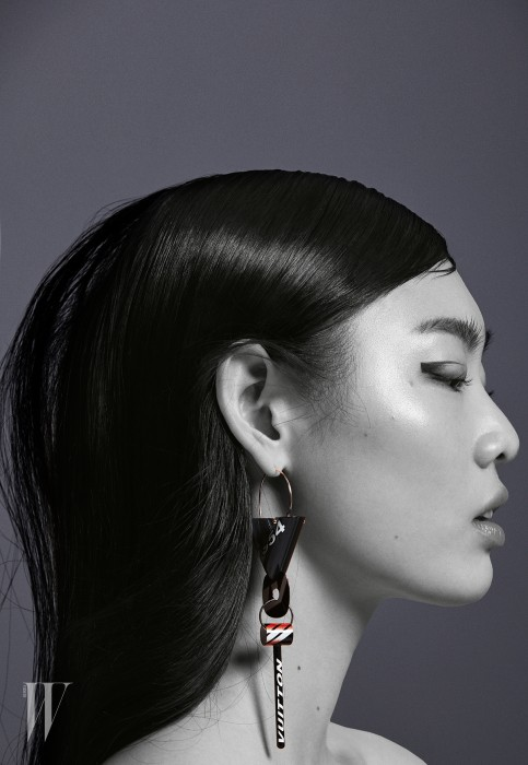 건축적인 로고 이니셜과 스포티 모티프가 어우러진 싱글 이어링은 루이 비통 제품. 1백10만원대.