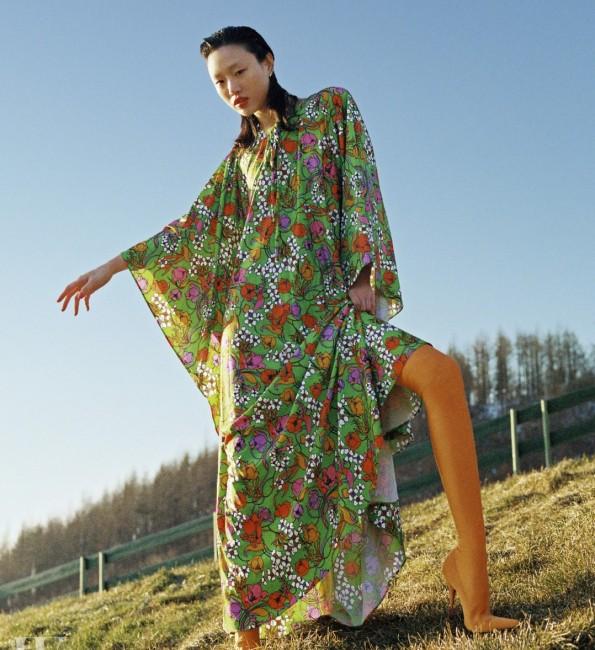 빈티지한 꽃무늬 드레스와 스판덱스 부츠는 모두 발렌시아가 제품.