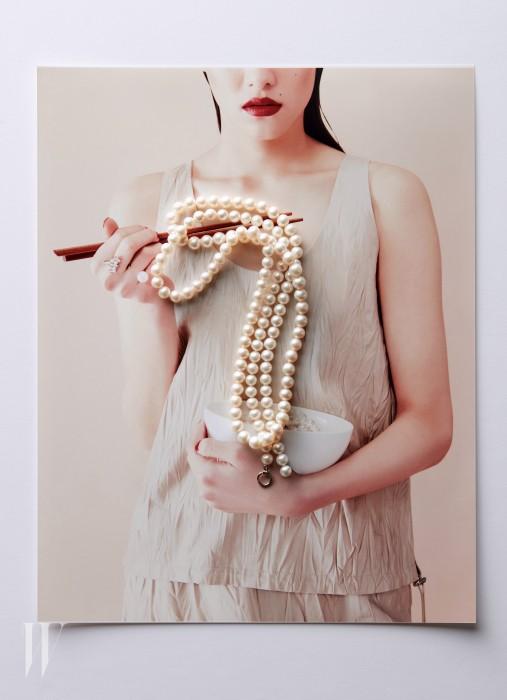 두 줄로 연출하기 좋은 진주 목걸이는 먼데이 에디션 제품.15만원. 오른손에 낀 더블링은 젬마알루스 제품. 11만8천원. 구김이 간 듯한 슬리브리스 톱과 스커트는 휴고 보스 제품. 가격 미정.