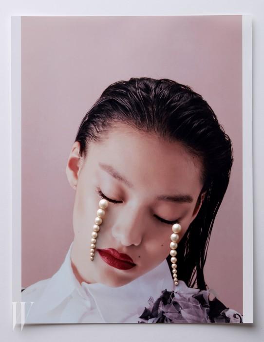 진주가 반으로 잘린 형태의 드롭형 귀고리는 타사키 제품. 8백만원대. 흰색 블라우스와 코르사주 장식 톱은 샤넬 제품. 가격 미정.
