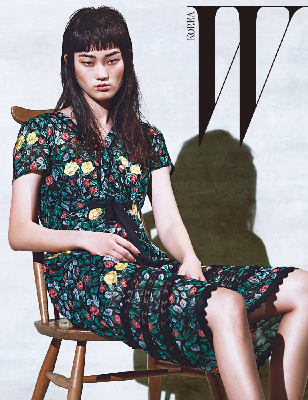 목가적인 꽃무늬가 돋보이는 드레스는 Coach 1941 제품.