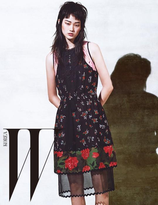 시스루 소재와 레이어드한 낭만적인 꽃무늬 드레스는 Coach 1941 제품.