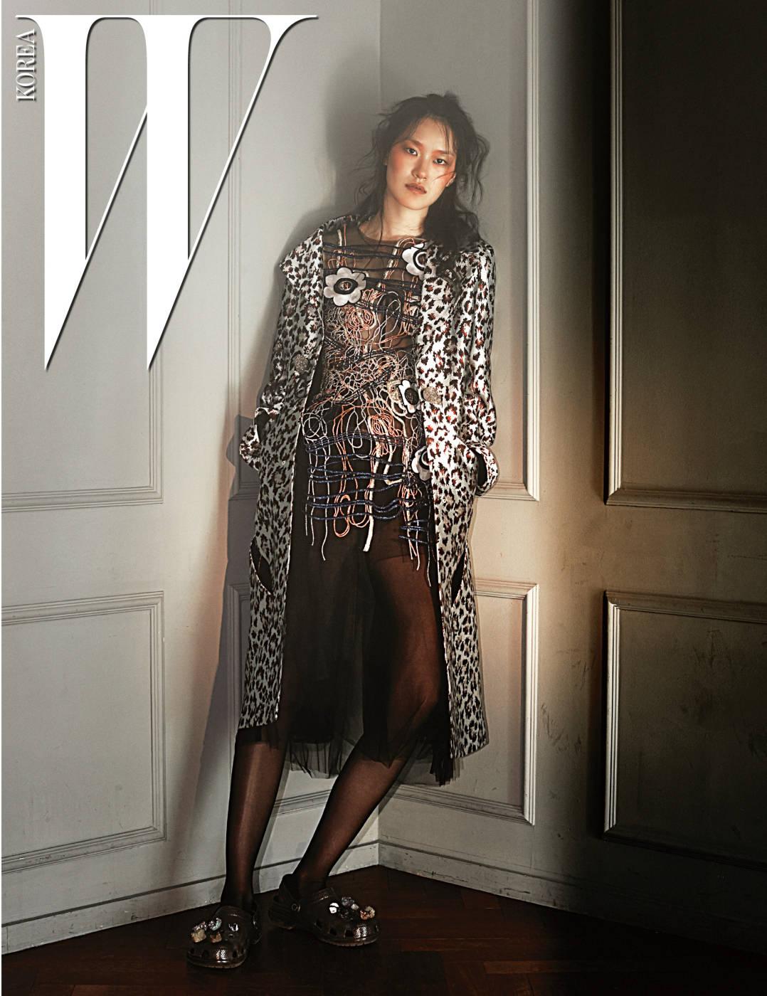 다채로운 실을 엮어 무늬로 표현한 시스루 드레스와 동물무늬 코트는 Christopher Kane. 신발은 Christopher Kane×Crocs by SHOE COLLECTION 제품.