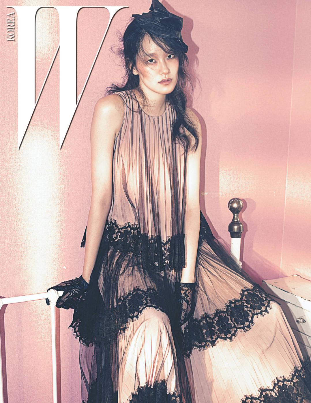 검은색 레이스 장식 튤을 덧댄 연분홍 드레스는 Christopher Kane 제품.
