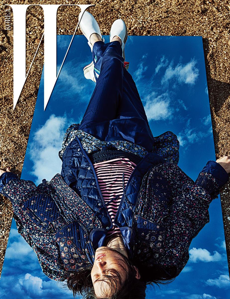 볼륨감 있는 누빔 꽃무늬 재킷, 남색 패딩 재킷, 줄무늬 톱, 허리에 묶은 꽃무늬 재킷, 실크 팬츠와 화이트 플랫폼 에스파드리유는 모두 Moncler 제품.