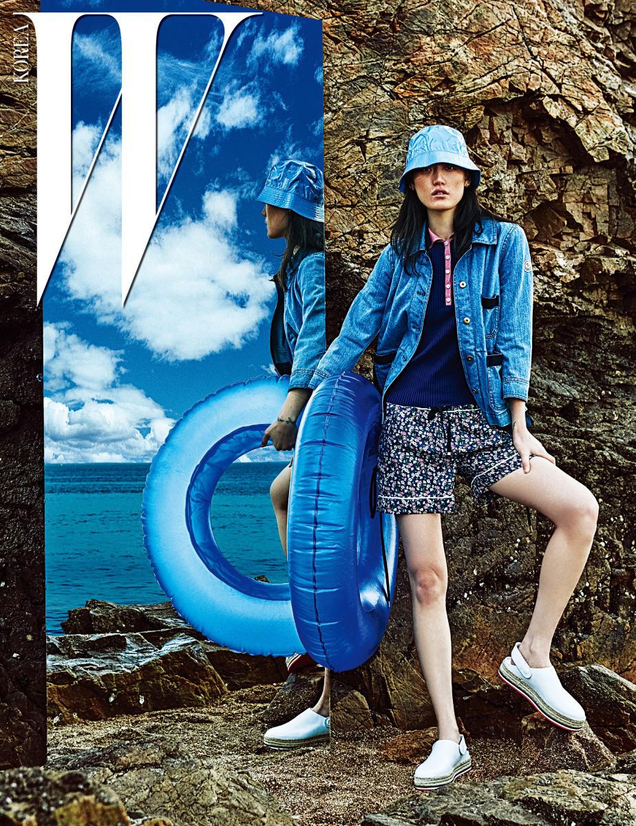 방수 소재 모자, 주머니 장식 데님 재킷, 분홍색 칼라 장식 니트 톱, 파자마풍 꽃무늬 쇼츠, 플랫폼 에스파드리유는 모두 Moncler 제품.