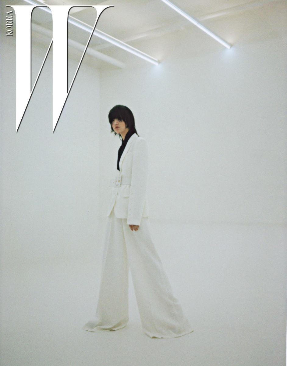 재단이 돋보이는 테일러드 재킷과 셔츠, 아우터에 포인트로 더하기 좋은 벨트, 극적인 실루엣의 팬츠는 모두 Michael Kors Collection 제품.