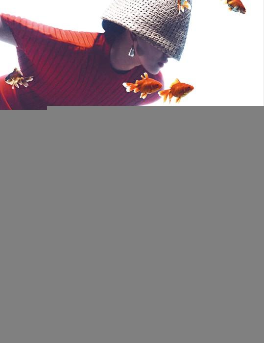 볼륨이 돋보이는 빨간색 크롭트 니트 톱과 밑단에 장식된 스트링으로 길이를 조절할 수 있는 빨강 스커트, 베이지색 라피아 모자, 바로크 진주 귀고리는 모두 Sportmax 제품.