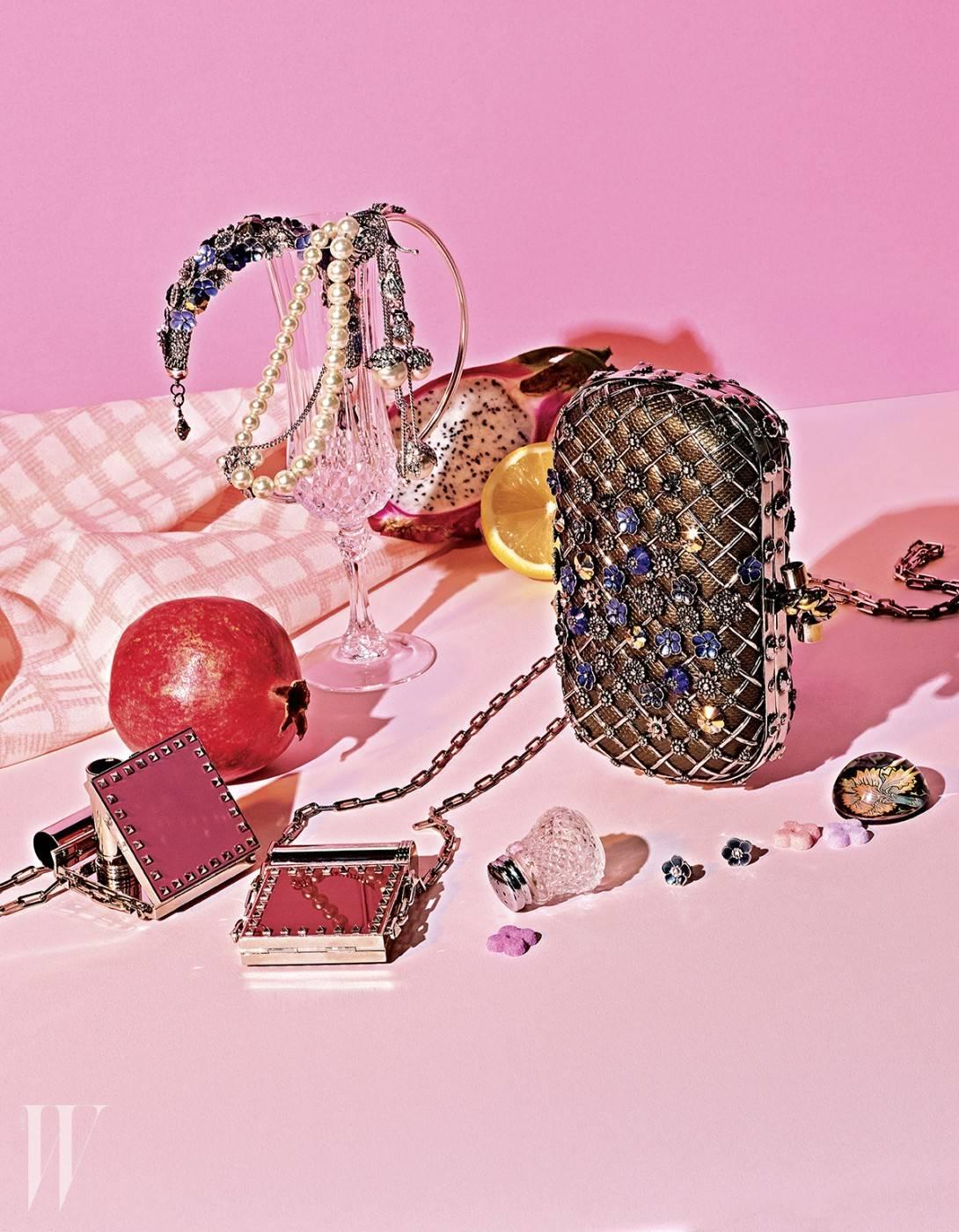위부터 시계 방향 | 정교한 꽃 장식의 메탈 팔찌는 Bottega Veneta, 고풍스러운 진주 장식 목걸이와 귀고리는 Escada, 카룽 가죽 위에 메탈 장식을 한 뒤 섬세한 꽃 장식으로 여성스러운 매력을 더한 놋(knot) 클러치는 Bottega Veneta, 미니 꽃 귀고리는 Bottega Veneta, 립스틱을 휴대할 수 있는 락 스터드 장식의 미니 립스틱 백은 Valentino 제품.