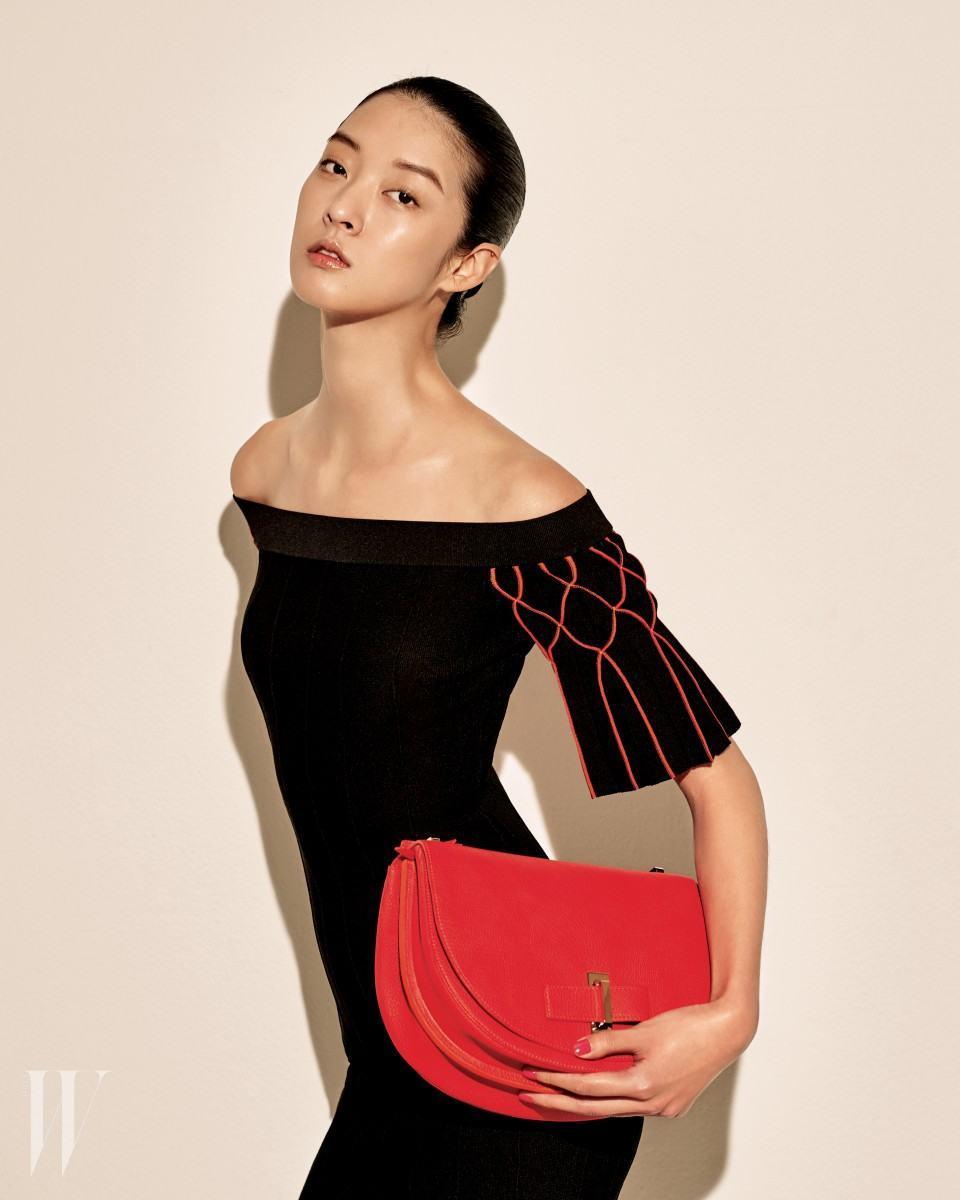 클래식한 다홍색 새들 백은 델보 제품. 4백만원대. 빨강 태슬 장식이 달린 오프숄더 드레스는 조나단 심카이 by 네타포르테 제품. 70만원대