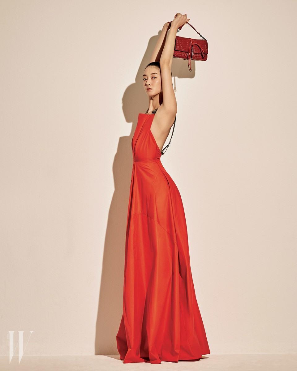 1_가죽 끈이 달린 붉은색 코튼 드레스와 위빙 장식이 돋보이는 와인빛 숄더백은 보테가 베네타 제품. 가격 미정.