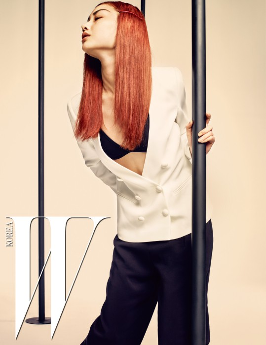하얀색 더블 버튼 재킷과 검은색 팬츠는 Emporio Armani 제품.