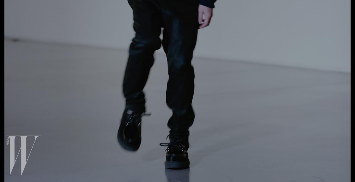 검정 팬츠, 검은색 클리퍼는 루이 비통 제품.1 백30만원대.