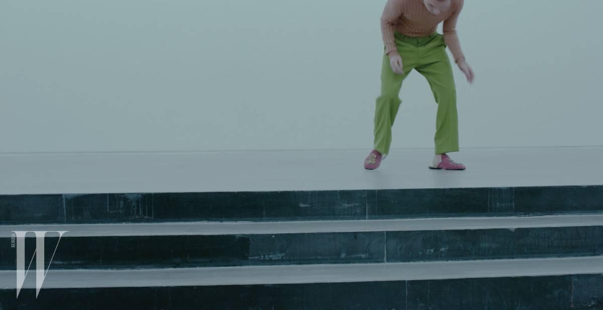 핑크색 터틀넥은 1백2만원, 연두색 팬츠는 1백7만원. 뱀 모양 패치워크가 장식된 벨벳 슬리퍼는 1백6만원. 모두 구찌 제품.