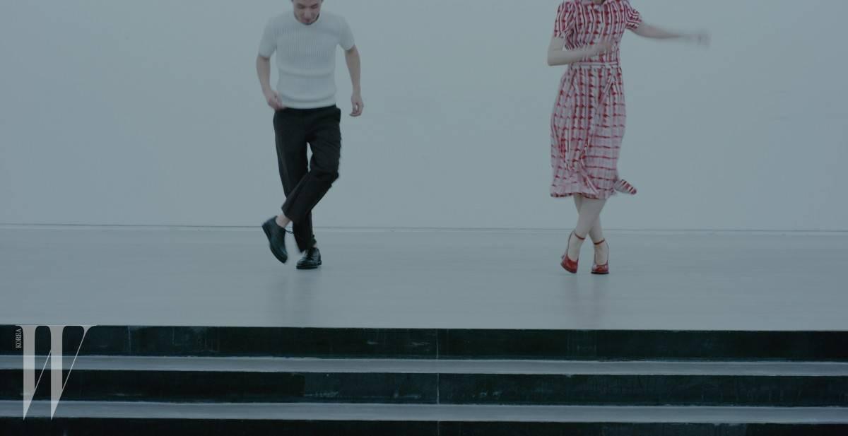 남자 모델이 입은 하얀색 니트 톱과 검정 팬츠, 위빙 장식 슈즈는 모두 보테가 베네타 제품. 가격 미정. 여자 모델이 입은 빨강 셔츠 드레스는 미우미우 제품. 가격 미정. 빨간색 웨지 슈즈는 보테가 베네타 제품. 가격 미정.