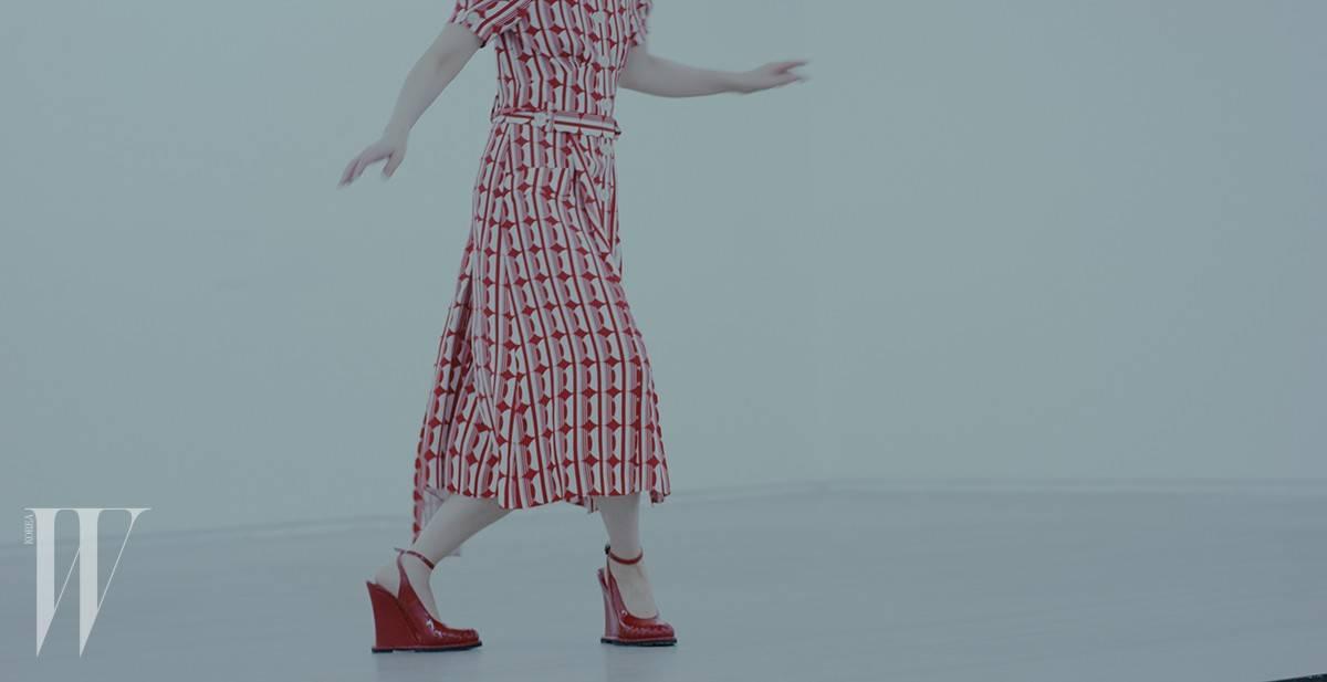 빨강 셔츠 드레스는 미우미우 제품. 가격 미정. 빨간색 웨지 슈즈는 보테가 베네타 제품. 가격 미정.