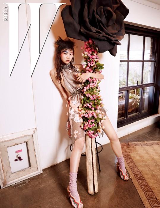 꽃 디테일 시스루 드레스, 라피아 소재 오픈토 힐은 모두 Fendi 제품.