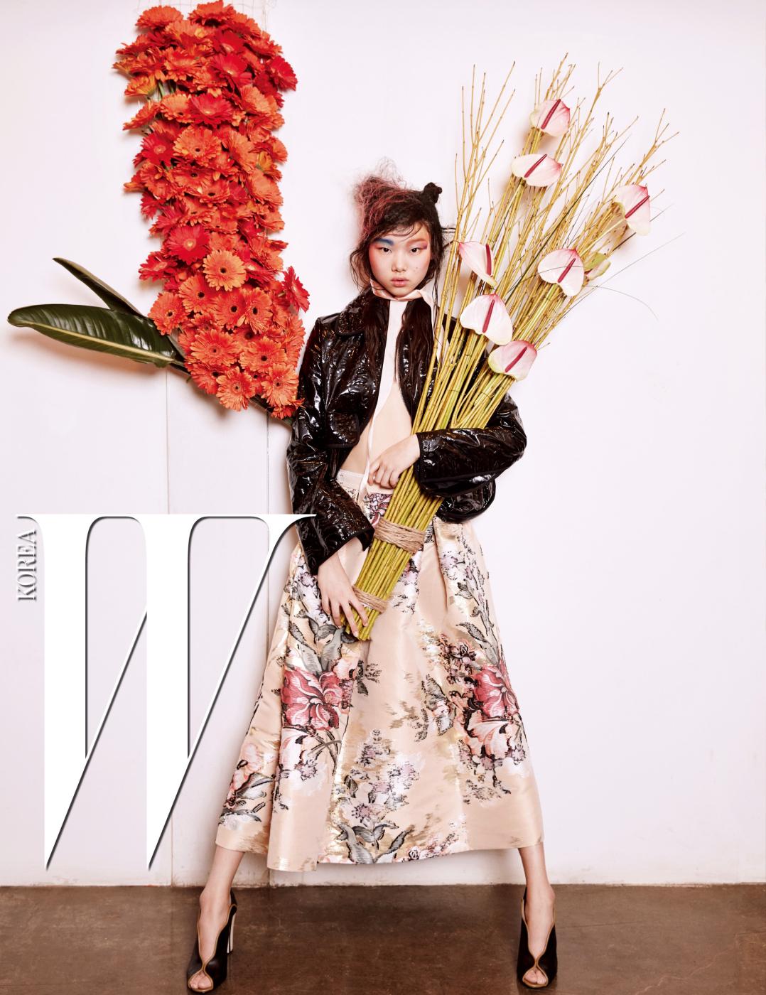 입체감이 돋보이는 세라믹 레더 재킷, 꽃무늬 스커트, 물결 형태의 오픈토 힐은 모두 Fendi 제품.