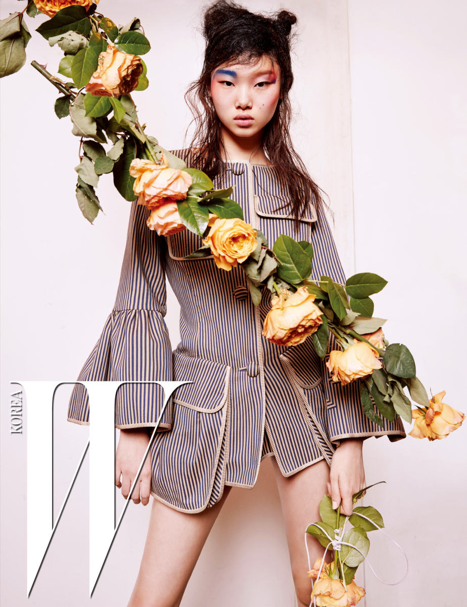 커다란 주머니가 장식된 줄무늬 코튼 재킷은 Fendi 제품.