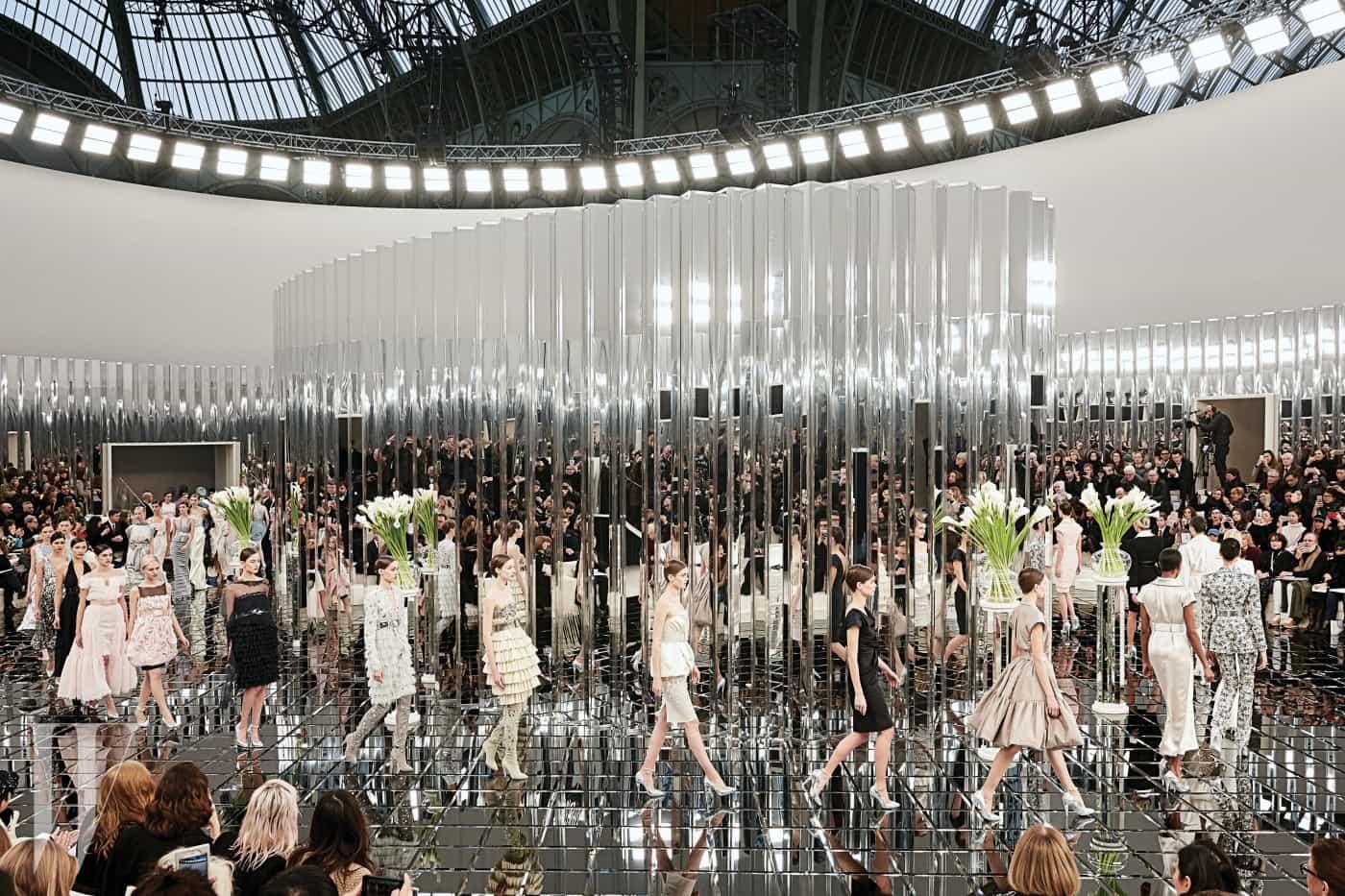 2017 S/S 샤넬 오트 쿠튀르 컬렉션의 피날레. 원통형 기둥과 거울로 완성된 무대는 아르데코 양식에서 영감을 얻었다.