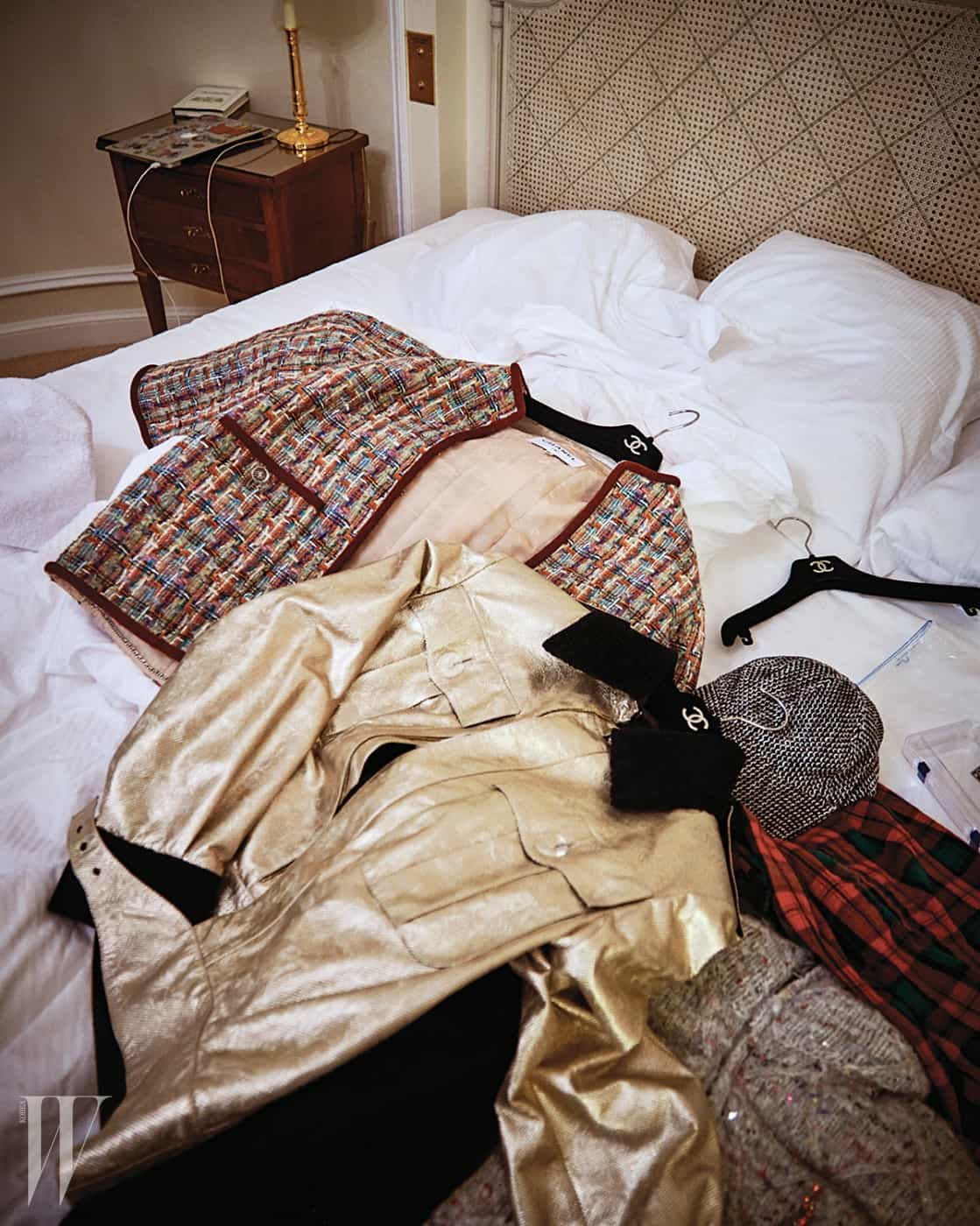 파리에 있는 동안 머문 브리스톨 호텔에서 만난 지드래곤. 샤넬의 흰색 스웨터와 로고 장식 액세서리를 착용했다.