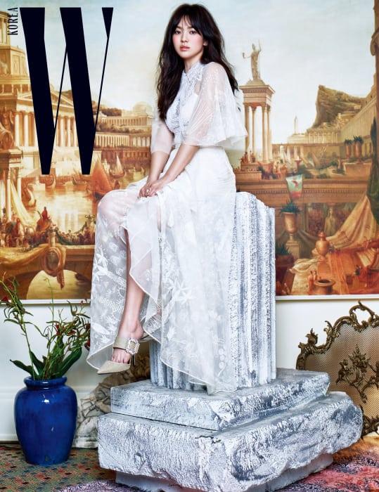시스루 드레스는 Valentino, 버클 장식 슈즈는 Roger Vivier, 커다란 진주 장식 빈티지 반지는 Jamie & Bell 제품.