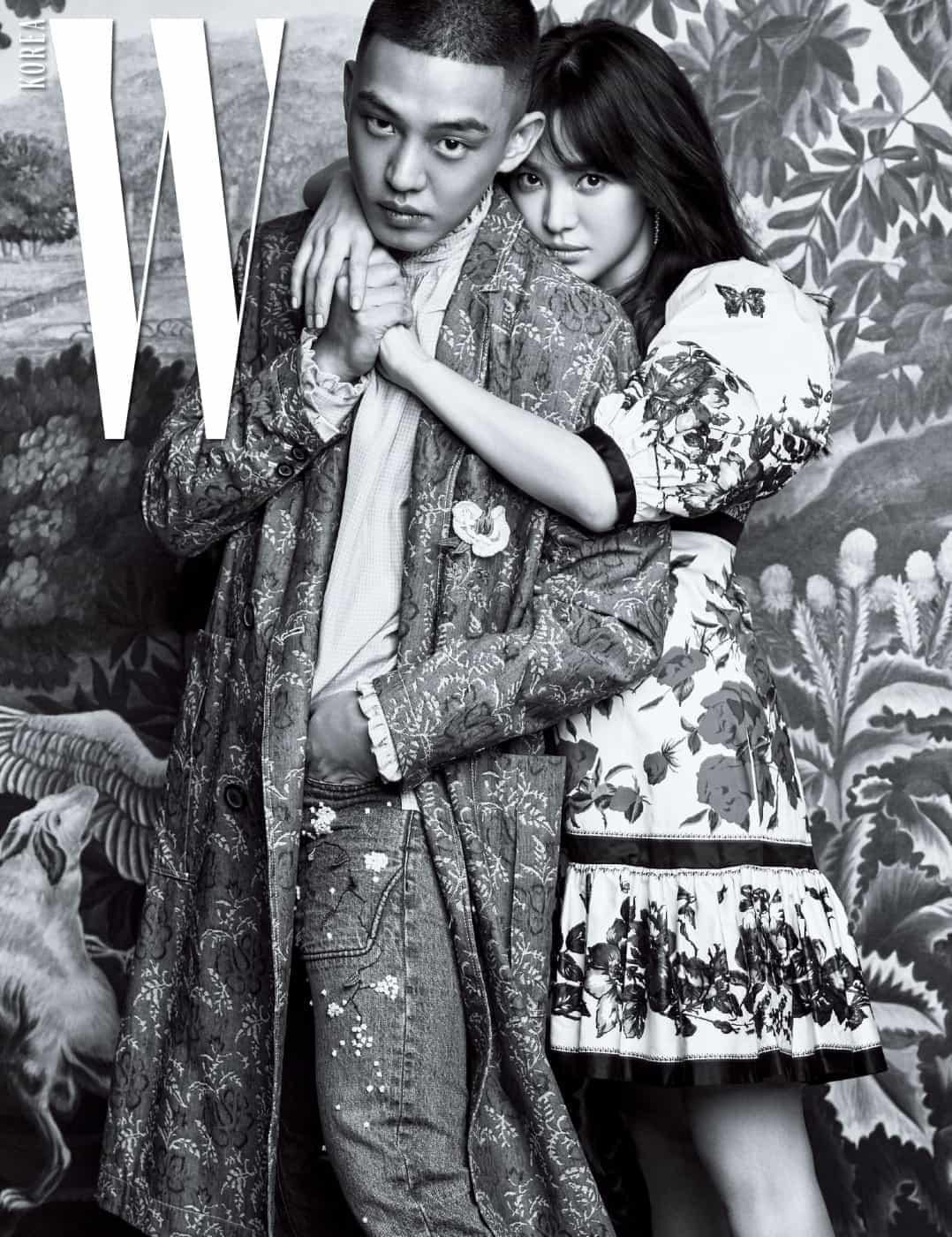 유아인이 입은 식물 패턴의 코트, 자수 장식 데님 팬츠는 Munn, 프릴 장식 셔츠는 Gucci 제품, 송혜교가 입은 벌룬 소재의 꽃무늬 드레스는 Alexander McQueen, 담수 진주 귀고리는 Numbering 제품.