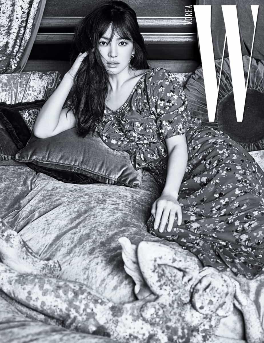 잔잔한 꽃무늬 드레스는 Christian Dior, 골드 링 귀고리는 Jamie & Bell 제품.