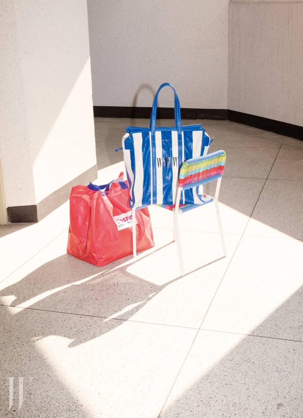 대형 매장의 리사이클 백을 닮은 토트백은 발렌시아가 제품.